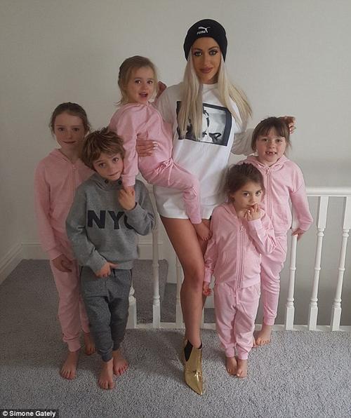 Bà mẹ 5 con dáng đẹp như thiên thần nội y