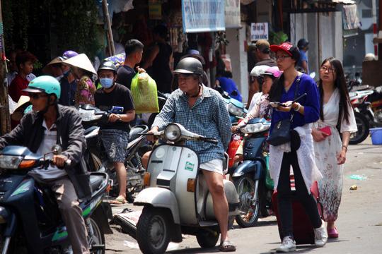 Tình trạng buôn bán tấp nập cả trên vỉa hè lẫn dưới lề đường Nguyễn Thái Học đoạn gần cầu Ông Lãnh (phường Ông Lãnh, quận 1) khiến du khách phải lưu thông giữa đường.
