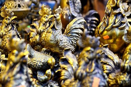Những chú gà đồng nổi bật trong vô số sản phẩm khác được bày bán.