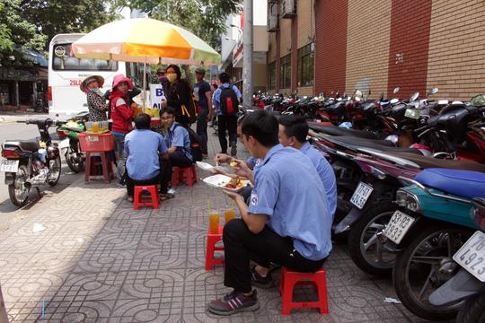 Tương tự, tại đường Huỳnh Thúc Kháng trưa 2-3 là cảnh xe máy được dựng hai hàng lấn gần hết phần vỉa hè, phần còn lại cũng là nơi các gánh hàng rong đặt đại bản doanh.