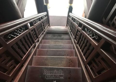 Hai bên cửa chính có cầu thang lên xuống với 15 bậc, thuận theo thuyết âm dương ngũ hành