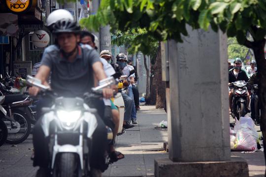 Xe máy cũng chạy thành hàng dài trên vỉa hè đường Cách Mạng Tháng 8 khiến người đi bộ bị bít lối cả trên vỉa hè lẫn dưới lòng đường. Đây là con đường mà cách đây hai ngày , ông Đoàn Ngọc Hải thị sát, xử phạt nhiều xe vi phạm.
