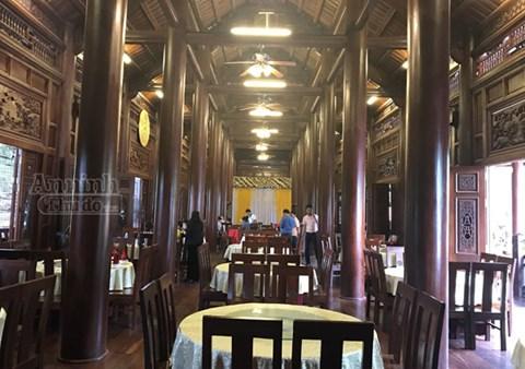 Có tổng cộng 64 cột trụ chống thành khung vững chãi cho ngôi nhà sàn gỗ lim cực lớn này. Trong đó có 16 cột cái có đường kính từ 60-80cm cao tới 11,9m và 48 cột quân bao quanh có đường kính từ 35-40cm, cũng cao 8m.