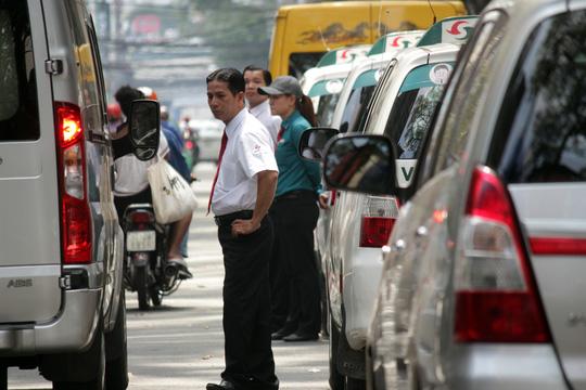 Cũng trên đường Bùi Thị Xuân, đoàn liên ngành từng xử phạt nhiều xe sang, nhưng nay ô tô đậu san sát, thậm chí các tài xế taxi xuống đường chờ bắt khách tạo nên một không gian náo loạn.