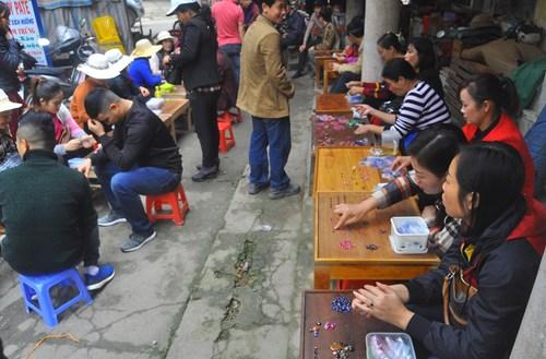 Chợ đá Lục Yên (Yên Bái) họp tại một địa điểm khá đẹp nằm ở góc hồ nước lung linh ở Thị trấn Yên Thế. Chợ chỉ họp trong khoảng thời gian vài ba tiếng đồng hồ vào buổi sáng hàng ngày.