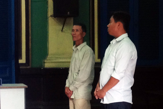 Bị cáo Võ Văn Đông và Trần Hữu Trọng (bìa phải) tại phiên tòa.
