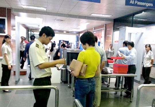 Kiểm tra giấy tờ tuỳ thân của hành khách đi máy bay tại sân bay quốc tế Nội Bài - Ảnh minh hoạ
