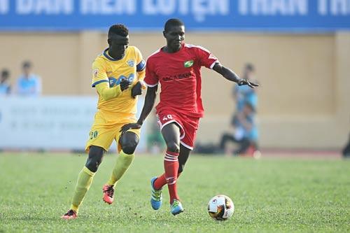 Lãnh đạo FLC Thanh Hóa dọa bỏ V-League nếu Ban Kỷ luật VFF không giảm án phạt cho tiền đạo Pape Omar (trái) Ảnh: Hải Anh