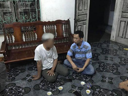 Phóng viên Văn Duẩn của Báo Người Lao Động (phải) đang trò chuyện với một người dân xã Đồng Tâm vào tối ngày 19-4