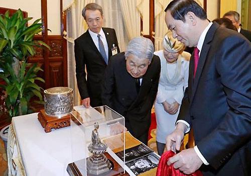 Nhà vua và Hoàng hậu Nhật Bản chiêm ngưỡng món quà tặng ngày 1-3 - Ảnh: VNE