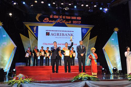 Đại diện Agribank nhận danh hiệu Sao Khuê 2017