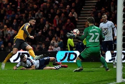 Thủ quân Giroud ghi bàn phút 89, đưa Arsenal vào vòng 4