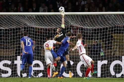 Thủ thành 39 tuổi Buffon lăn xả trong khung thành Juventus