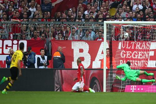 Raphael Guerreiro thu hẹp khoảng cách cho Dortmund phút 20...