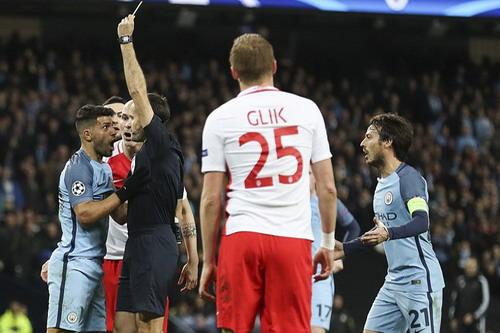 Thẻ vàng dành cho Aguero làm trận đấu nóng lên cuối hiệp 1