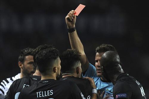 Alex Telles nhận thẻ đỏ khiến Porto vỡ trận