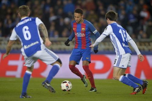 Aritz Elustondo (15) phạm lỗi với Neymar, tặng bàn thắng cho Barcelona
