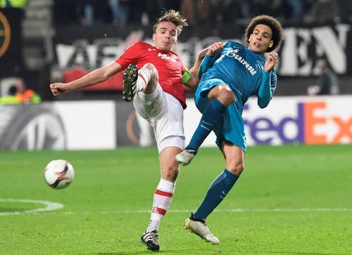 Axel Witsel (phải) từ chối Juventus để sang Trung Quốc chơi bóng