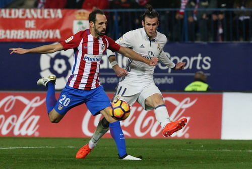 Hậu vệ Juanfran tranh chấp quyết liệt với Gareth Bale trận lượt đi