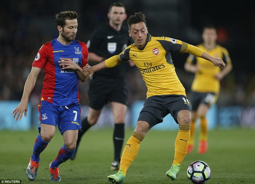Mesut Ozil cũng không thể cứu đội nhà thoát khỏi thảm bại