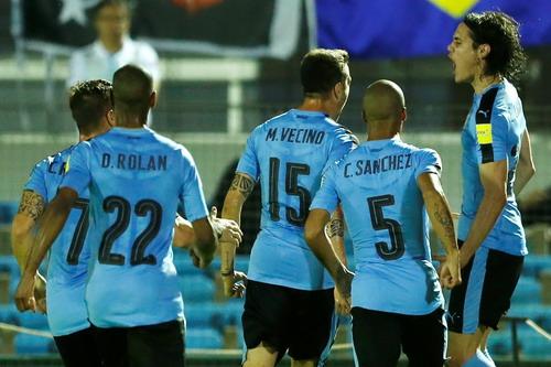 Edinson Cavani (phải) mở tỉ số cho chủ nhà Uruguay