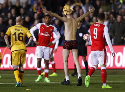 Sutton thua trận, CĐV vẫn vui khi tràn vào sân khi trận cầu chưa kết thúc
