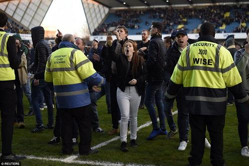 CĐV Millwall tràn xuống sân ăn mừng chiến thắng lịch sử