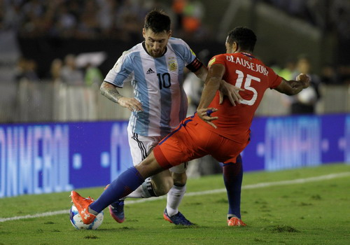 Các hậu vệ Chile chăm sóc tối đa khiến Messi nổi đóa với trọng tài