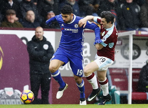 Diego Costa bị hậu vệ Burnley đeo bám quyết liệt