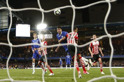 Diego Costa lập cú đúp, Chelsea củng co1 ngôi đầu bảng