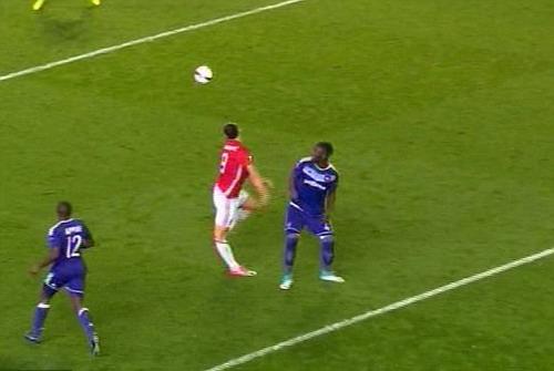 Pha tiếp đất dẫn đến chấn thương đầu gối của Ibrahimovic