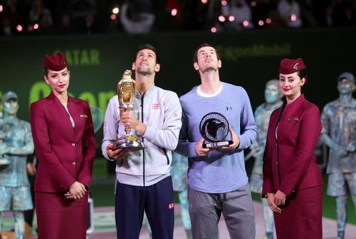 Hai tay vợt trên bục chiến thắng