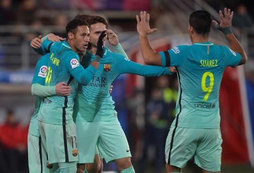 Denis Suarez (giữa) được đồng đội chia vui sau bàn mở tỉ số