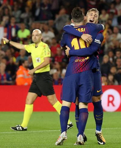 Trọng tài tặng 3 điểm, Barcelona tăng tốc dẫn đầu La Liga - Ảnh 4.