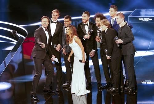 """Ronaldo nhận giải thưởng """"Cầu thủ xuất sắc nhất FIFA"""" 2016"""