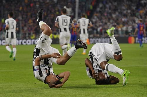 Dybala và Cuadrado sau bàn mở tỉ số vào lưới Barcelona