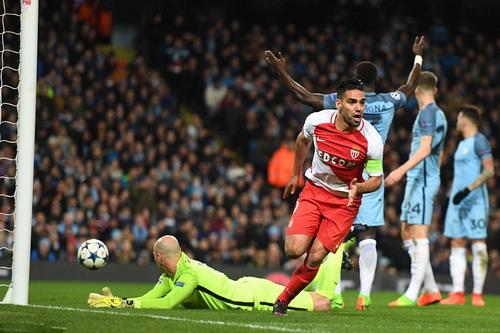 Radamel Falcao tỏa sáng với cú đúp trong ngày trở lại thành Manchester