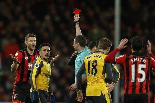 Tấm thẻ đỏ của Francis là bước ngoặt của trận đấu