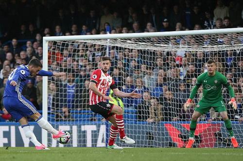 Eden Hazard mở tỉ số trận đấu ở Stamford Bridge