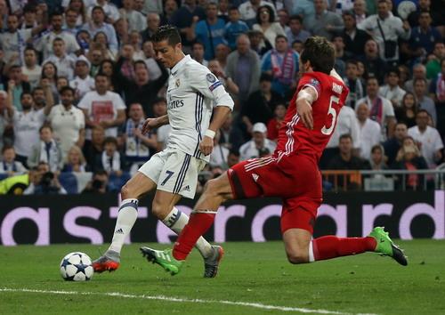 Hàng thủ Bayern không có phương án ngăn chặn, giúp Ronaldo lập hat-trick