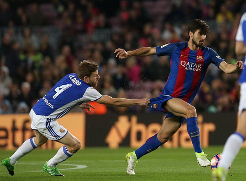 Các cầu thủ trẻ như Andre Gomes chưa giúp được nhiều cho Barca