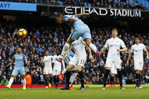 Jesus đánh đầu trước khi đá bồi thành bàn, ấn định chiến thắng 2-1