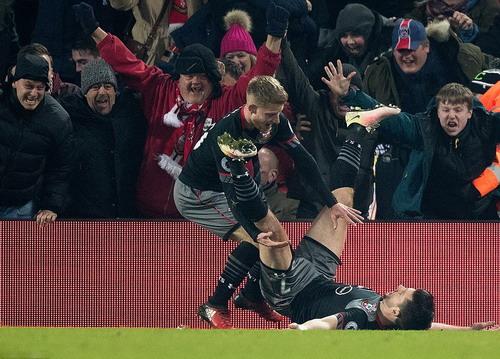 Đồng đội chia vui cùng Shane Long (nằm) sau bàn thắng quyết định