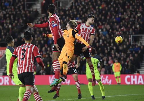 Thủ môn Loris Karius vất vả trước các chân sút Southampton