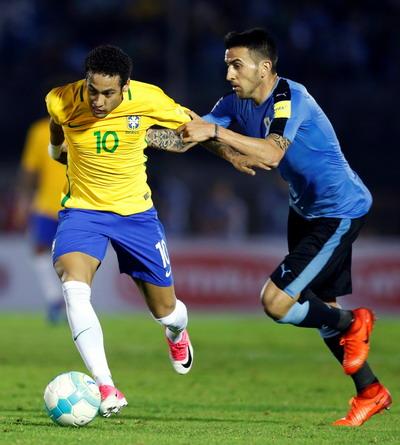 ... vẫn không cản nổi anh ghi bàn thứ ba cho Brazil
