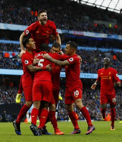 Các cầu thủ Liverpool vui mừng sau bàn mở tỉ số của James Milner