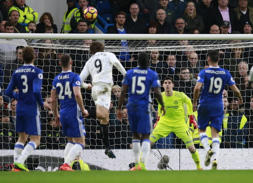 Fernando LLorente đánh đầu ghi bàn cho Swansea
