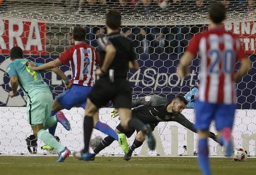 Luis Suarez mở tỉ số cho Barcelona trong trận lượt đi 6 ngày trước