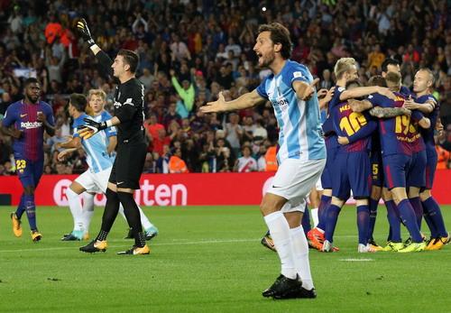 Trọng tài tặng 3 điểm, Barcelona tăng tốc dẫn đầu La Liga - Ảnh 3.