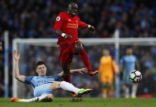 Tốc độ của Sadio Mane làm khó các hậu vệ chủ nhà Man City